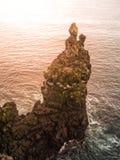 Londrangar, formación de la lava de la roca en el mar Acantilados erosionados del basalto en el mar salvaje en la costa costa en  Fotos de archivo libres de regalías