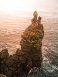 Londrangar, Rocklavabildung im Meer Abgefressene Basaltklippen im wilden Meer an der Küstenlinie auf Sneafellsnes-Halbinsel Lizenzfreie Stockfotos