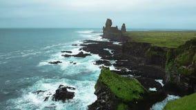 Londrangarklippen in IJsland stock videobeelden
