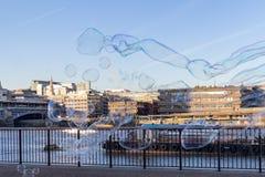"""LONDRES, †BRITÁNICO """"13 de diciembre de 2018: Burbujas de la sopa del ejecutante que soplan en día soleado hermoso en el banco  fotos de archivo"""