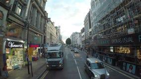 LONDRES ï ¿½ julio de 2017: Visión desde la ventana del autobús del autobús de dos pisos en Londres con las calles muy transitada almacen de video