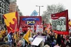 LONDRES - 26 MARS : Les protestataires marchent contre la dépense publique coupe dedans un rassemblement -- Mars pour l'alternativ Images stock