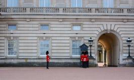 LONDRES - abril de 2016: Cambio del guardia en Buckingham Palace Foto de archivo libre de regalías