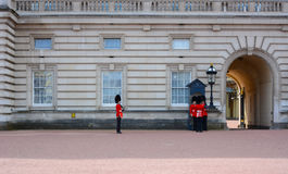 LONDRES - abril de 2016: guardia en Buckingham Palace Fotos de archivo