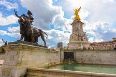 LONDRES - Abril 12,2016: Victoria Memorial en Londres Imagen de archivo libre de regalías