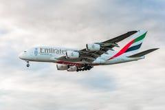 LONDRES, ANGLETERRE - 22 AOÛT 2016 : Atterrissage d'Airbus A380 de lignes aériennes d'émirats d'A6-EEN dans l'aéroport de Heathro Image stock