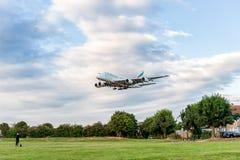 LONDRES, ANGLETERRE - 22 AOÛT 2016 : Atterrissage d'Airbus A380 de lignes aériennes d'émirats d'A6-EEN dans l'aéroport de Heathro Images stock