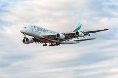 LONDRES, ANGLETERRE - 22 AOÛT 2016 : Atterrissage d'Airbus A380 de lignes aériennes d'émirats d'A6-EEN dans l'aéroport de Heathro Photos stock