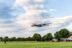 LONDRES, ANGLETERRE - 22 AOÛT 2016 : Atterrissage d'Airbus A380 de lignes aériennes d'émirats d'A6-EEN dans l'aéroport de Heathro Image libre de droits
