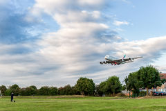 LONDRES, ANGLETERRE - 22 AOÛT 2016 : Atterrissage d'Airbus A380 de lignes aériennes d'émirats d'A6-EEN dans l'aéroport de Heathro Images libres de droits
