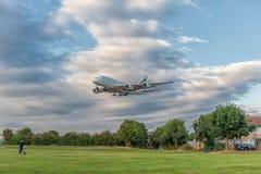LONDRES, ANGLETERRE - 22 AOÛT 2016 : Atterrissage d'Airbus A380 de lignes aériennes d'émirats d'A6-EEN dans l'aéroport de Heathro Photo libre de droits