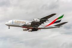 LONDRES, ANGLETERRE - 22 AOÛT 2016 : Atterrissage d'Airbus A380 de lignes aériennes d'émirats d'A6-EEX dans l'aéroport de Heathro Image libre de droits