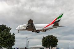 LONDRES, ANGLETERRE - 22 AOÛT 2016 : Atterrissage d'Airbus A380 de lignes aériennes d'émirats d'A6-EEX dans l'aéroport de Heathro Photos libres de droits