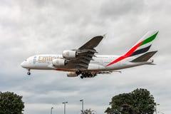 LONDRES, ANGLETERRE - 22 AOÛT 2016 : Atterrissage d'Airbus A380 de lignes aériennes d'émirats d'A6-EEX dans l'aéroport de Heathro Photographie stock