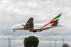 LONDRES, ANGLETERRE - 22 AOÛT 2016 : Atterrissage d'Airbus A380 de lignes aériennes d'émirats d'A6-EEX dans l'aéroport de Heathro Photographie stock libre de droits