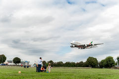 LONDRES, ANGLETERRE - 22 AOÛT 2016 : Atterrissage d'Airbus A380 de lignes aériennes d'émirats d'A6-EEX dans l'aéroport de Heathro Photos stock