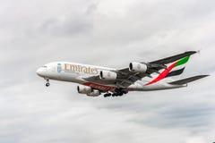 LONDRES, ANGLETERRE - 22 AOÛT 2016 : Atterrissage d'Airbus A380 de lignes aériennes d'émirats d'A6-EEX dans l'aéroport de Heathro Photo stock