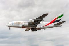 LONDRES, ANGLETERRE - 22 AOÛT 2016 : Atterrissage d'Airbus A380 de lignes aériennes d'émirats d'A6-EEX dans l'aéroport de Heathro Image stock