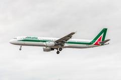 LONDRES, ANGLETERRE - 22 AOÛT 2016 : Atterrissage d'Airbus A321 de voies aériennes d'EI-IXJ Alitalia dans l'aéroport de Heathrow, Photo libre de droits