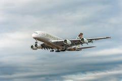 LONDRES, ANGLETERRE - 22 AOÛT 2016 : Atterrissage d'A6-APF Etihad Airways Airbus A380 dans l'aéroport de Heathrow, Londres Photographie stock