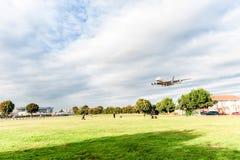 LONDRES, ANGLETERRE - 22 AOÛT 2016 : Atterrissage d'A6-APF Etihad Airways Airbus A380 dans l'aéroport de Heathrow, Londres Photo libre de droits