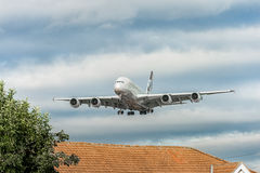 LONDRES, ANGLETERRE - 22 AOÛT 2016 : Atterrissage d'A6-APF Etihad Airways Airbus A380 dans l'aéroport de Heathrow, Londres Photo stock