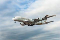 LONDRES, ANGLETERRE - 22 AOÛT 2016 : Atterrissage d'A6-APF Etihad Airways Airbus A380 dans l'aéroport de Heathrow, Londres Photos stock