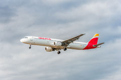 LONDRES, ANGLETERRE - 22 AOÛT 2016 : Atterrissage d'EC-IXD Air Iberia Airbus A321 dans l'aéroport de Heathrow, Londres Image stock