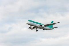 LONDRES, ANGLETERRE - 22 AOÛT 2016 : Atterrissage d'EI-CVA Aer Lingus Airbus A320 dans l'aéroport de Heathrow, Londres Image stock