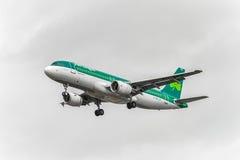 LONDRES, ANGLETERRE - 22 AOÛT 2016 : Atterrissage d'EI-DEG Aer Lingus Airbus A320 dans l'aéroport de Heathrow, Londres Photographie stock