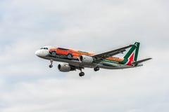LONDRES, ANGLETERRE - 22 AOÛT 2016 : Atterrissage d'EI-DSW Alitalia Jeep Renegade Livery Airbus A320 dans l'aéroport de Heathrow, Image libre de droits