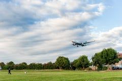 LONDRES, ANGLETERRE - 22 AOÛT 2016 : Atterrissage d'A4O-DD Oman Air Airbus A330 dans l'aéroport de Heathrow, Londres Photo stock