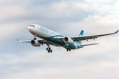 LONDRES, ANGLETERRE - 22 AOÛT 2016 : Atterrissage d'A4O-DD Oman Air Airbus A330 dans l'aéroport de Heathrow, Londres Images stock