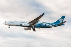 LONDRES, ANGLETERRE - 22 AOÛT 2016 : Atterrissage d'A4O-DD Oman Air Airbus A330 dans l'aéroport de Heathrow, Londres Photo libre de droits