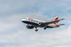 LONDRES, ANGLETERRE - 22 AOÛT 2016 : Atterrissage de G-EUOG British Airways Airbus A319 dans l'aéroport de Heathrow, Londres Images stock