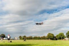 LONDRES, ANGLETERRE - 22 AOÛT 2016 : Atterrissage de G-EUOG British Airways Airbus A319 dans l'aéroport de Heathrow, Londres Photos libres de droits