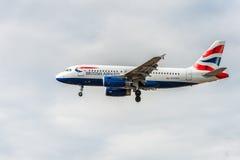 LONDRES, ANGLETERRE - 22 AOÛT 2016 : Atterrissage de G-EUOG British Airways Airbus A319 dans l'aéroport de Heathrow, Londres Photo libre de droits