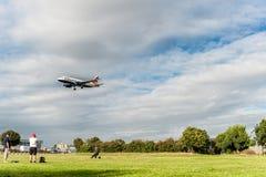 LONDRES, ANGLETERRE - 22 AOÛT 2016 : Atterrissage de G-EUOG British Airways Airbus A319 dans l'aéroport de Heathrow, Londres Images libres de droits