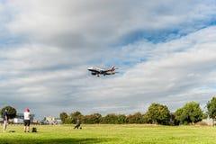 LONDRES, ANGLETERRE - 22 AOÛT 2016 : Atterrissage de G-EUOG British Airways Airbus A319 dans l'aéroport de Heathrow, Londres Photographie stock libre de droits