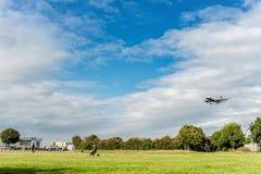 LONDRES, ANGLETERRE - 22 AOÛT 2016 : Atterrissage de G-EUOI British Airways Airbus A319 dans l'aéroport de Heathrow, Londres Photos libres de droits