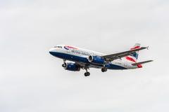 LONDRES, ANGLETERRE - 22 AOÛT 2016 : Atterrissage de G-EUPP British Airways Airbus A319 dans l'aéroport de Heathrow, Londres Image stock