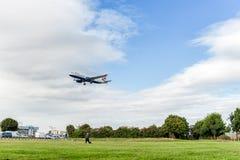 LONDRES, ANGLETERRE - 22 AOÛT 2016 : Atterrissage de G-EUUI British Airways Airbus A320 dans l'aéroport de Heathrow, Londres Photographie stock