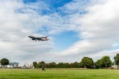 LONDRES, ANGLETERRE - 22 AOÛT 2016 : Atterrissage de G-EUUM British Airways Airbus A320 dans l'aéroport de Heathrow, Londres Image stock