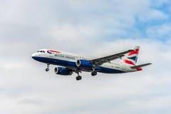 LONDRES, ANGLETERRE - 22 AOÛT 2016 : Atterrissage de G-EUUM British Airways Airbus A320 dans l'aéroport de Heathrow, Londres Photos libres de droits