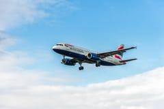 LONDRES, ANGLETERRE - 22 AOÛT 2016 : Atterrissage de G-EUUZ British Airways Airbus A320 dans l'aéroport de Heathrow, Londres Photos stock