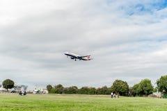 LONDRES, ANGLETERRE - 22 AOÛT 2016 : Atterrissage de G-EUXD British Airways Airbus A321 dans l'aéroport de Heathrow, Londres Photographie stock