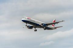 LONDRES, ANGLETERRE - 22 AOÛT 2016 : Atterrissage de G-EUXG British Airways Airbus A321 dans l'aéroport de Heathrow, Londres Photo stock