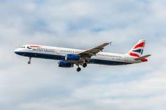 LONDRES, ANGLETERRE - 22 AOÛT 2016 : Atterrissage de G-EUXG British Airways Airbus A321 dans l'aéroport de Heathrow, Londres Photographie stock libre de droits