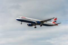 LONDRES, ANGLETERRE - 22 AOÛT 2016 : Atterrissage de G-EUXG British Airways Airbus A321 dans l'aéroport de Heathrow, Londres Images stock