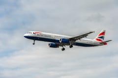 LONDRES, ANGLETERRE - 22 AOÛT 2016 : Atterrissage de G-EUXG British Airways Airbus A321 dans l'aéroport de Heathrow, Londres Photos stock